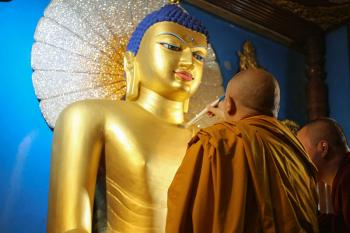 Gyaltsab Rinpoche Gilds the Golden Buddha
